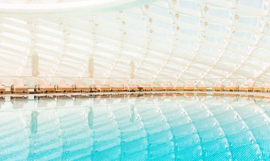 Elegante und hochwertige Schwimmbadüberdachung
